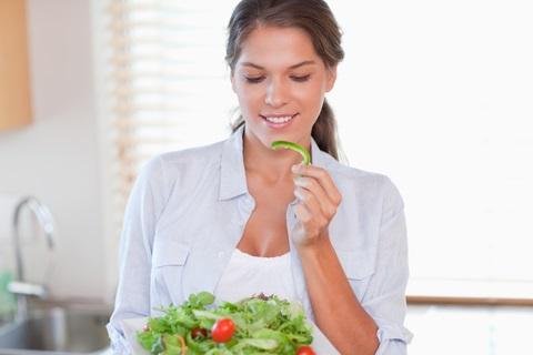woman-eating-small-weight-loss