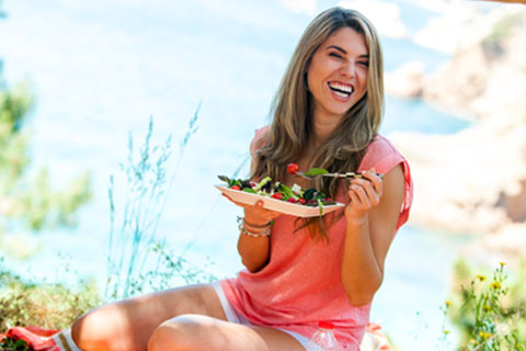 nutrisystem-woman-eating-salad-outdoors